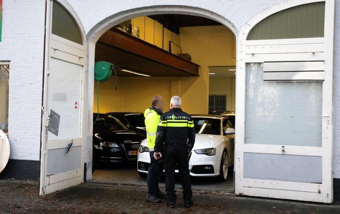 De politie tijdens de aanhouding van de verdachten, vorige week dinsdag.