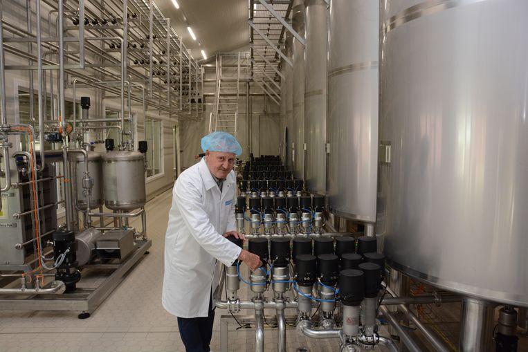 De melk komt meteen terecht in een aanpalende zuivelfabriek.