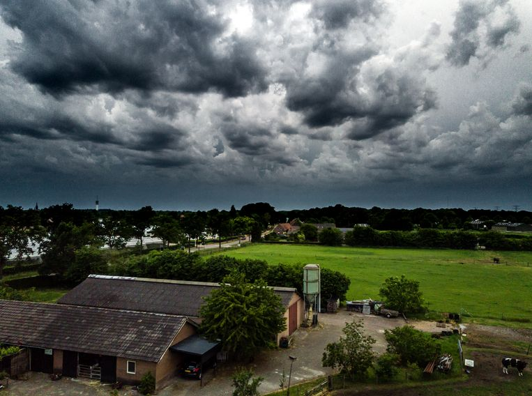 Luchtfoto van de eerste zomerstorm van 2019. Ook dit weekend valt er weer genoeg regen, de regentonnen zijn niet aan te slepen.  Beeld ANP