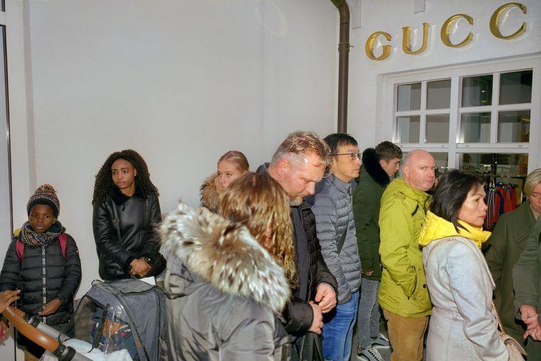 In de rij voor Gucci. Beeld Otto Snoek