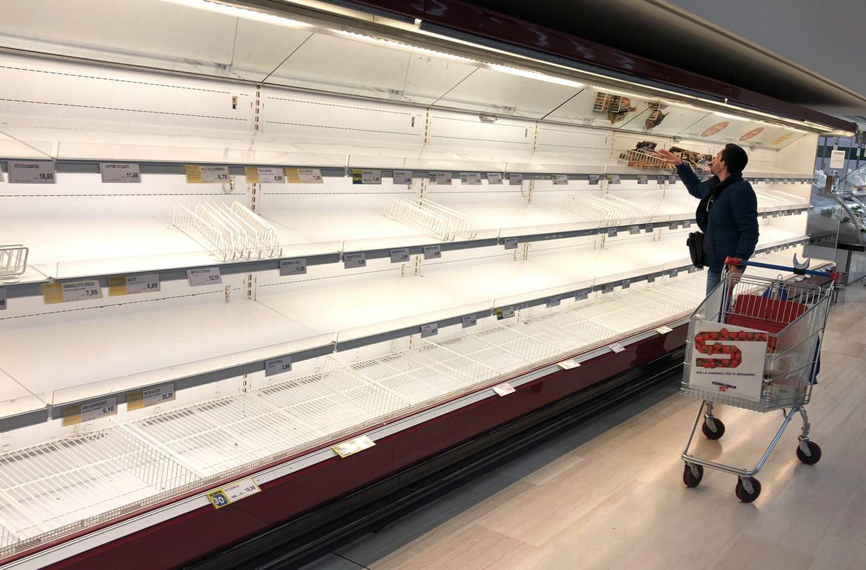 Lege schappen in een supermarkt in de buurt van Milaan. Beeld EPA