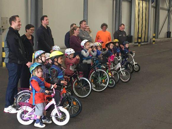 Kinderen leren fietsen zonder wieltjes.