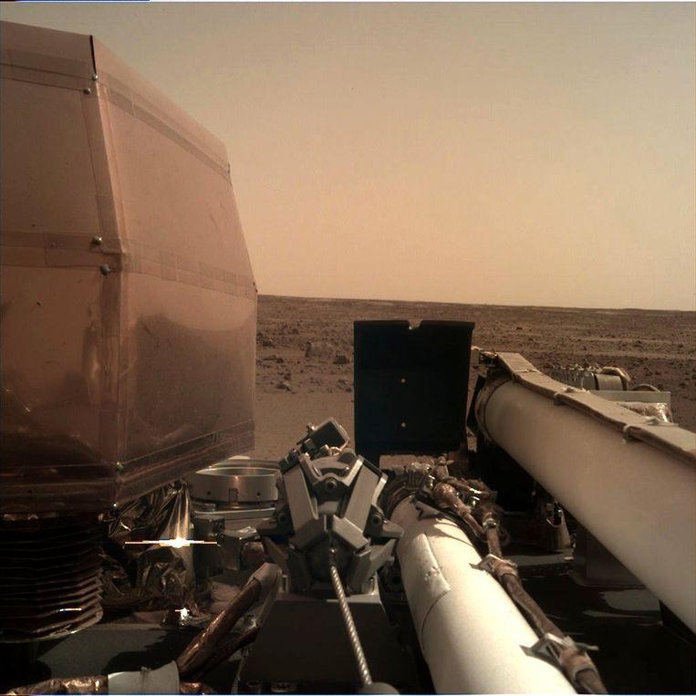 Het uitzicht vanmorgen op Mars. De landing van InSight is in elk opzicht geslaagd. Beeld Nasa