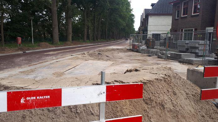 Hoek Oosterstraat/Ribbeltsweg. Het schiet aardig op met de nieuwe fietsstraat, maar nu ligt het werk drie weken stil.