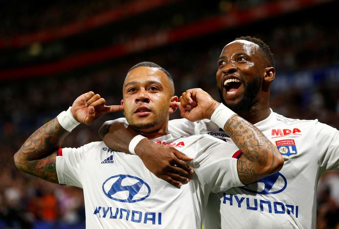 Memphis Depay viert zijn treffer met een andere uitblinker van vanavond: Moussa Dembélé.