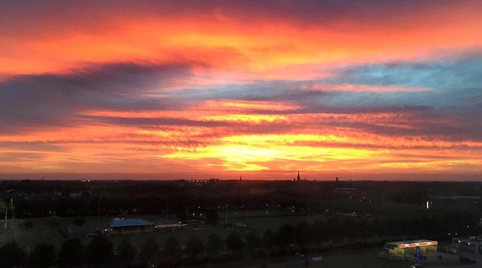 Prachtige zonsondergang dinsdagavond boven West-Brabant, vanf het Trivium in Etten-Leur Foto Nicole Hoepelman