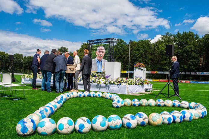 Op de middenstip van SO Soest is dinsdag afscheid genomen van ere-voorzitter Paul Smit, die vorige week noodlottig ten val kwam bij een klusje in het clubhuis van zijn geliefde voetbalvereniging.