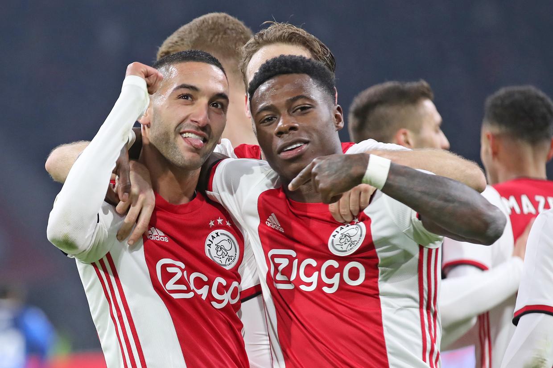 Hakim Ziyech en Quincy Promes vieren een doelpunt van Ajax.