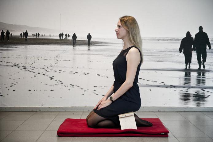 Projectleider Corina Greven op een meditatiebankje, onderdeel van de mindfulness-training.