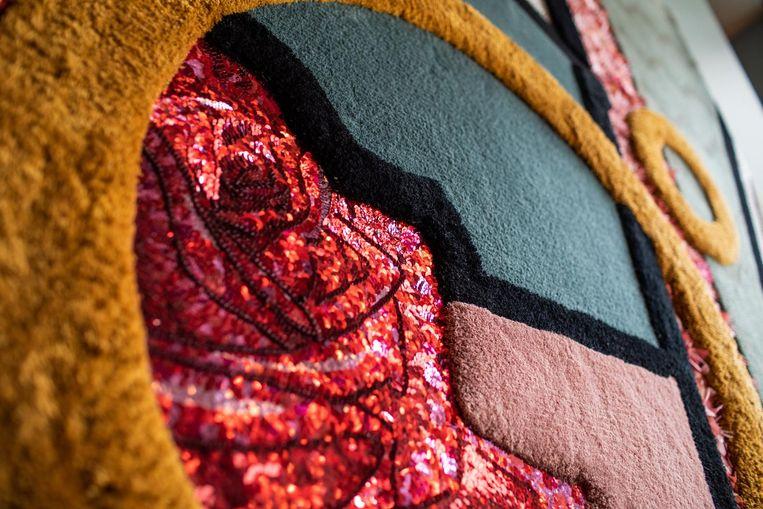 Claes Iversen maakt jaarlijks één couturecollectie. Dat zijn couture, wandkleden en schilderijen in elkaar overlopen, is duidelijk te zien in Hotel Mercier Beeld Lucas Lieftink