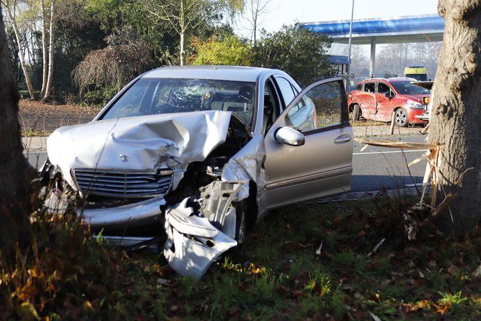 De bestuurder van deze grijze Mercedes is zaterdag gewond geraakt bij een ongeluk op de Millseweg.