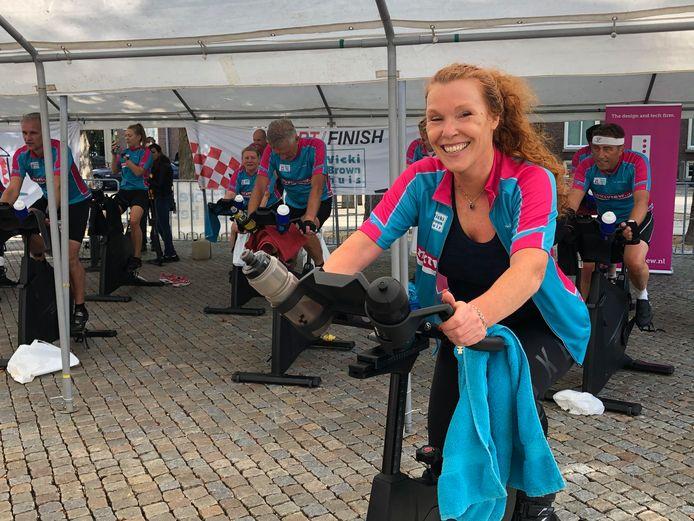 Aan de spinningmarathon op de Parade in Den Bosch ten behoeve van het Vicky Brownhuis namen zowel mensen uit het bedrijfsleven deel als brugklassers van het Rodenborch College in Rosmalen.