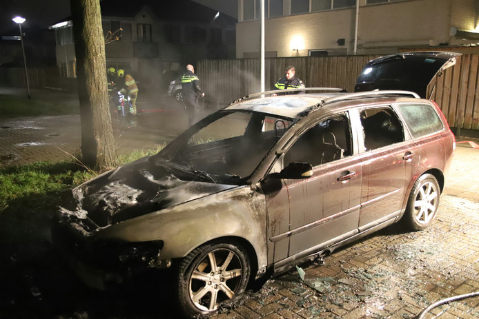 De stationwagon aan de Rinkesstraat in Culemborg brandde volledig uit.