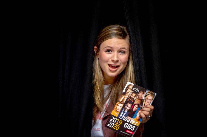 Natalie van der Aa met de vorige theatergids.