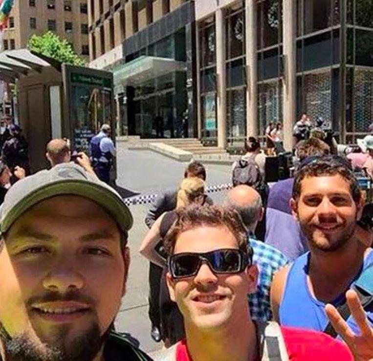 Deze ramptoeristen poseerden al lachend tijdens de gijzelingsactie in de Australische stad Sydney waar in december 2014 drie mensen het leven lieten.