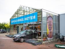 Auto rijdt dwars door winkelpui in Hattem; vrouw komt onder auto terecht en raakt zwaargewond