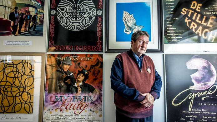 Jacques Senf tussen de posters van enkele van zijn producties.
