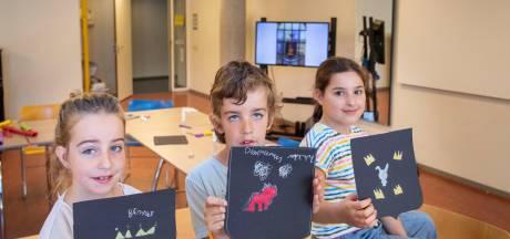 Kinderen maken met speciale glas-in-lood techniek eigen wapenschild in Cultura Ede