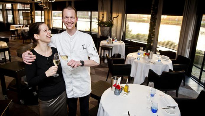 Joris en Anjeta Peters, eigenaren van restaurant Aan de Zweth in Schipluiden, proosten op hun ster.