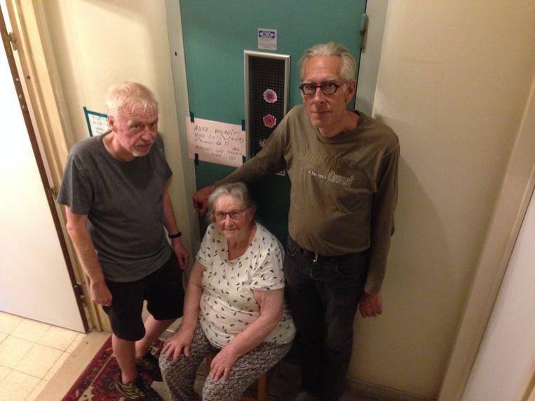 Enkele bewoners van een appartementsgebouw op de Tiensevest zijn het beu dat de lift al maanden buiten dienst is.