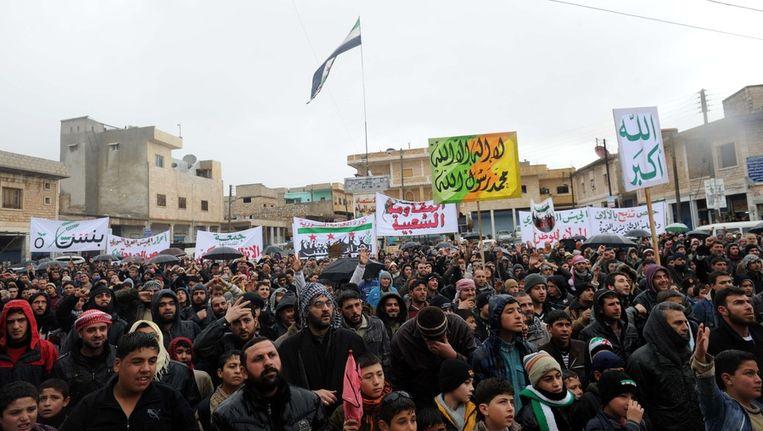 Syriërs protesteren tegen het regime in Idlib.