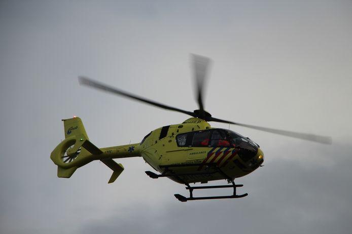 Ondanks de inzet van onder meer een traumahelikopter is gistermiddag een 15-jarige jongen overleden bij een bedrijfsongeval in Dodewaard.