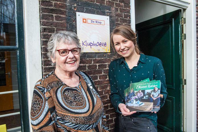 Riki Vreekamp (76) en Johanna Hoving (35) hopen dat het deze week verschenen boekje 'Zilveren Helden' leidt tot minder eenzaamheid onder Goudse ouderen.