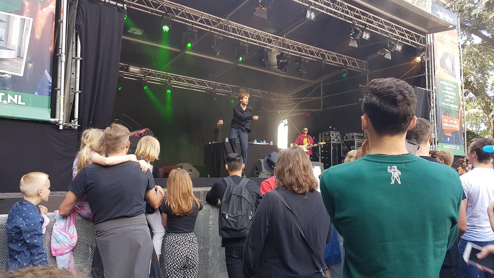 Ares voor een uitzinnig springerig publiek op Parkfeest Oosterhout.