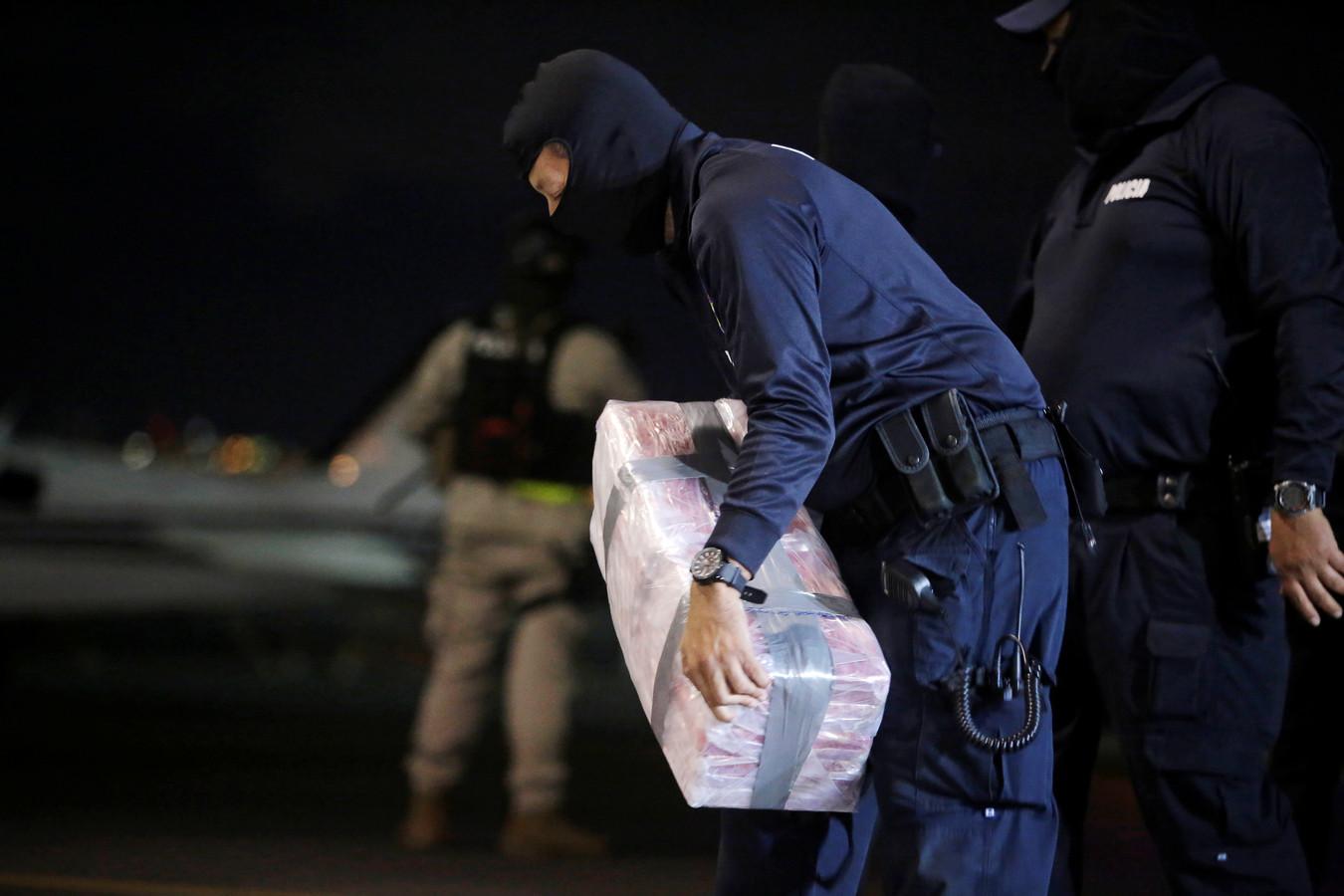 De 5000 kilo was verdeeld over 202 pakketten, die op hun beurt tussen een partij sierfruit zouden moeten worden verstopt.