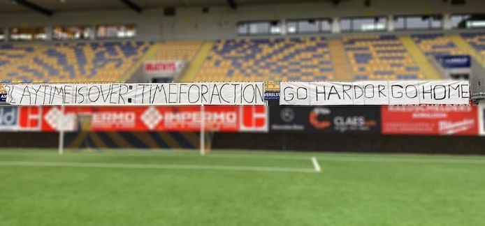 Het spandoek met 'Play Time Is Over: Time For Action, Go Hard or Go Home'.