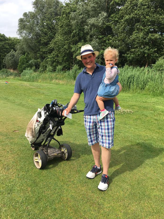 Stan Schouten met dochtertje Eloise op de golfbaan in Soest.