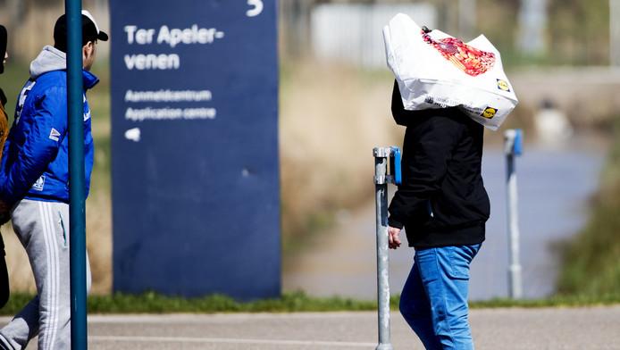 Ter illustratie: asielzoekers bij het aanmeldcentrum in Ter Apel, waar bij de zogenoemde 'identificatiestraten' een hoop niet op orde was volgens het rapport