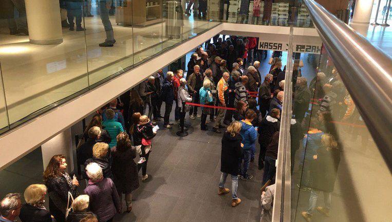 Bezoekers van de Alma-Tadema-tentoonstelling in het Fries Museum. Beeld