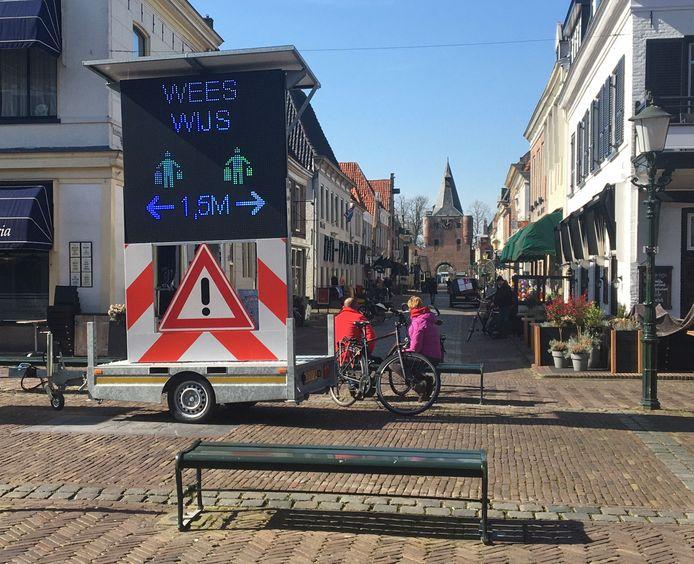 In Elburg kunnen mensen niet om de coronamaatregelen heen. Anderhalve meter afstand houden en niet te veel mensen tegelijk de winkel in.