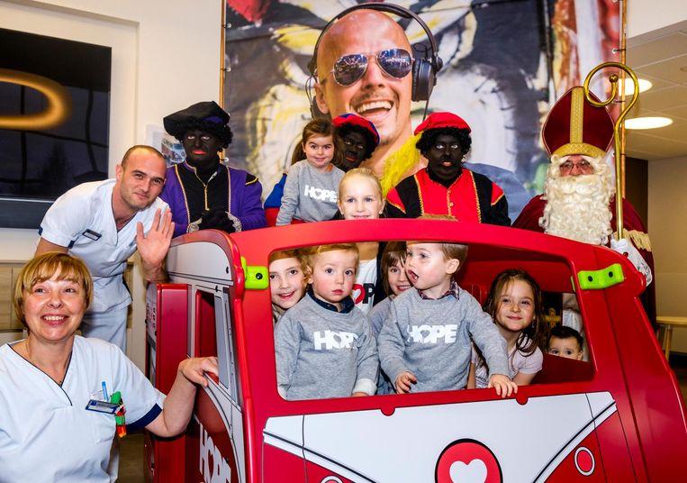 De kinderen genieten in het AZ Sint-Jozef van hun nieuwe speelgoed, met dank aan Hope vzw.