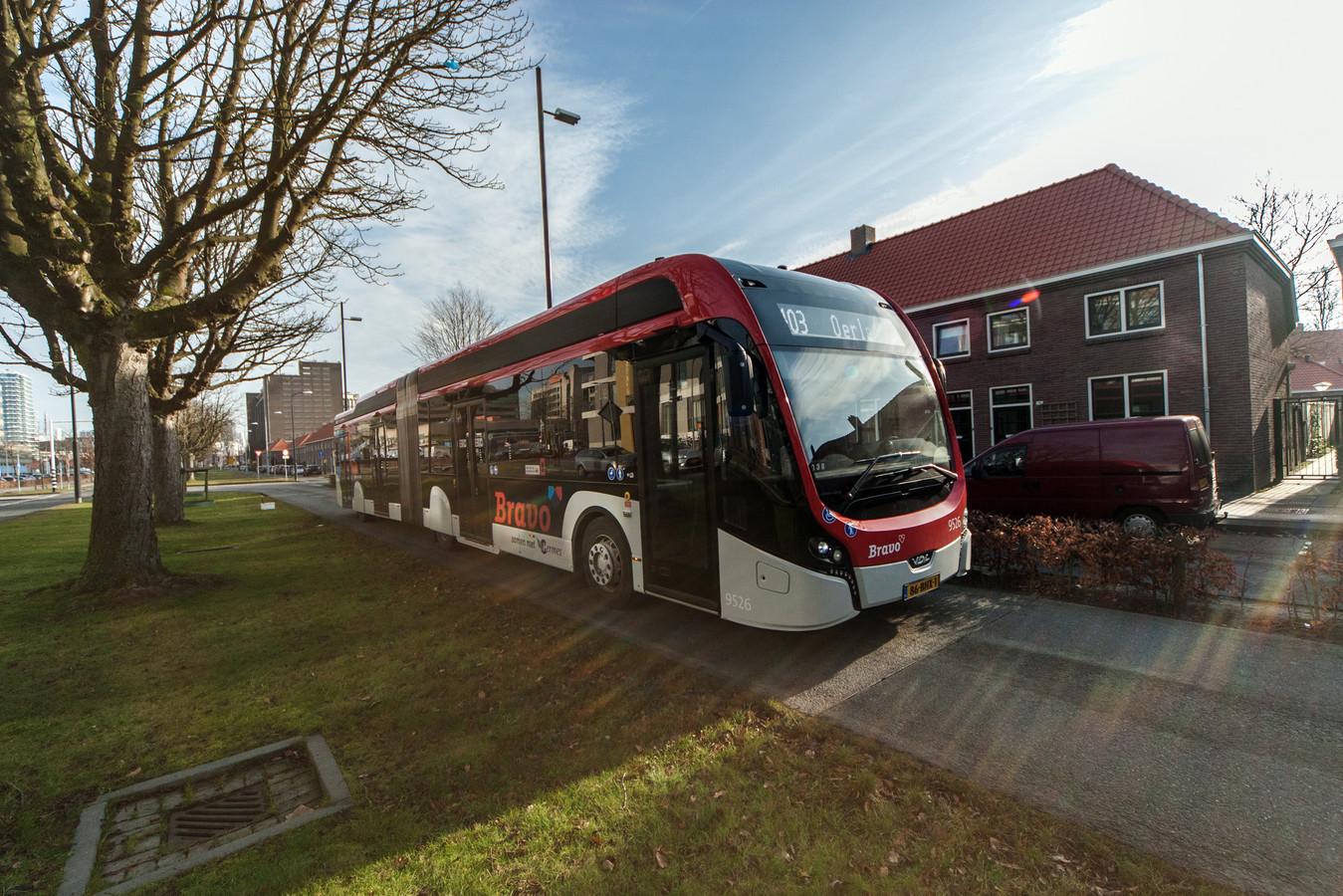 Een elektrische bus van Bravo op de Kastanjelaan in Eindhoven.