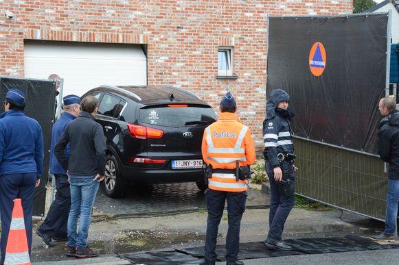 Tijdens de wedersamenstelling werd ook de auto van het slachtoffer op de oprit geplaatst want het was in haar eigen wagen dat Dennis P. het lichaam naar Sint-Niklaas reed.