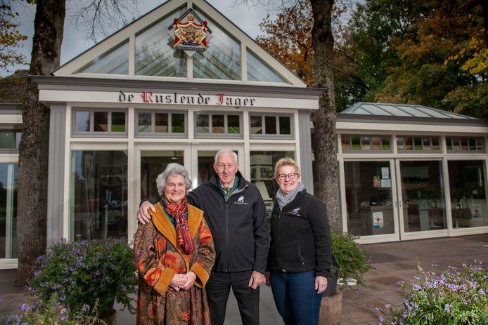 Jo en Nelly Pijnenburg voor de ingang van De Rustende Jager in Biezenmortel met naast zich hun nicht Martijanne van Zon die de dagelijkse leiding inmiddels heeft overgenomen.