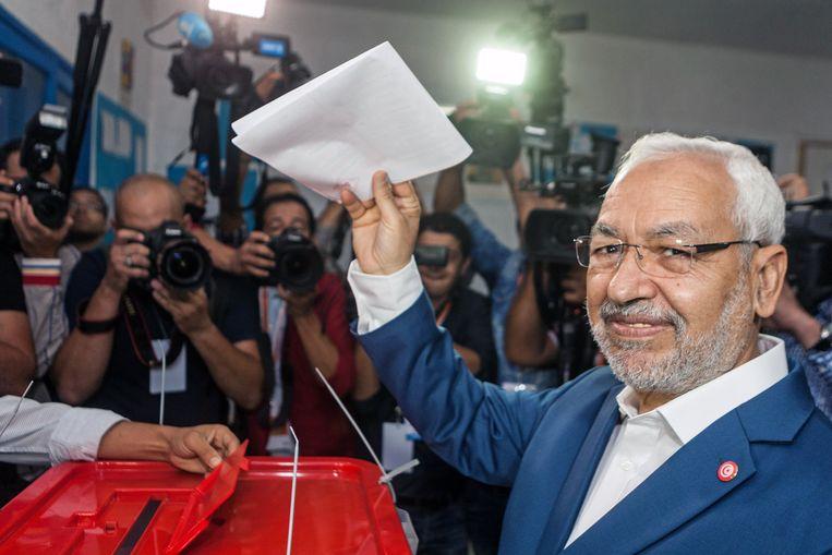 Rachid Ghannouchi, de leider van de partij Ennahda, brengt zijn stem uit bij de gemeenteraadsverkiezingen in mei dit jaar. Beeld null