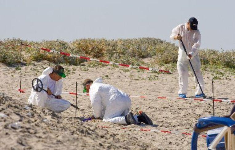 Onderzoekers aan het werk op het strand van Hoek van Holland na het schietincident (archieffoto 24-08-09). Foto ANP Beeld