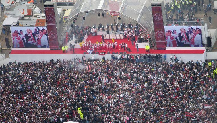 Luchtfoto van het Museumplein in Amsterdam dat zondag volstaat met feestende Ajax-fans. Foto ANP. Beeld