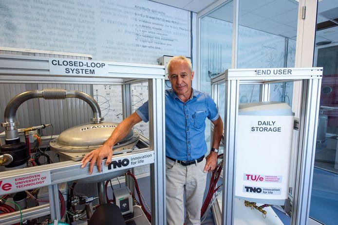 Olaf Adan bij zijn demonstratiemodel van een warmtebatterij waar een gezin twee weken mee vooruit kan.