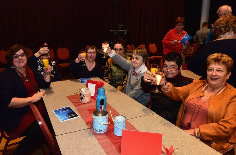 De bewoners van de vzw Zonnelied versierden de tafels in het Baljuwhuis en daar werd een glaasje op gedronken.
