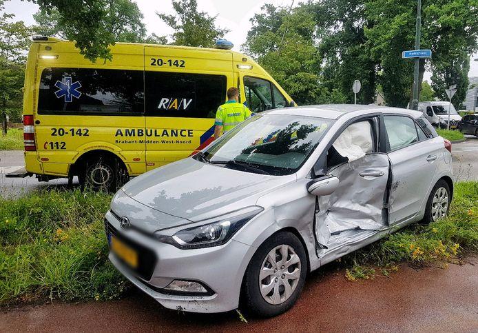 Ongeluk tussen twee auto's op de kruising bij de Bedrijfsweg in Oisterwijk.
