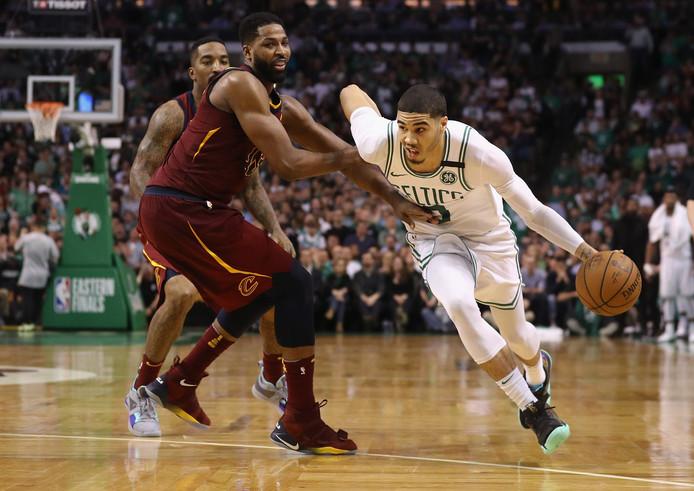Jayson Tatum (rechts) van de Boston Celtics dribbelt langs Tristan Thompson van de Cleveland Cavaliers in de tweede wedstrijd van de Eastern Conference-finale van de NBA.