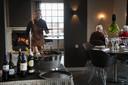 Een ober in actie in restaurant Rijnzicht.