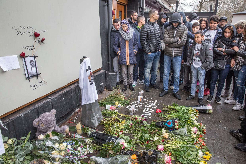 Herdenking in maart 2016 bij een dichtgetimmerde shisha-lounge aan de Amstelveenseweg in Amsterdam. Bij de lounge werd het hoofd gevonden van Nabil Amzieb - een afrekening in het criminele drugscircuit. Beeld Hollandse Hoogte / Marco Okhuizen