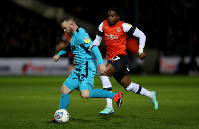 Wayne Rooney in actie tegen Luton Town.