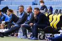 Edward Sturing (voorgrond) als vervangende trainer van Vitesse. Acht vaste leden van de technische staf ontbraken tegen Sparta. Naast Sturing de andere invalkrachten, Nicky Hofs en Tim Cornelisse.