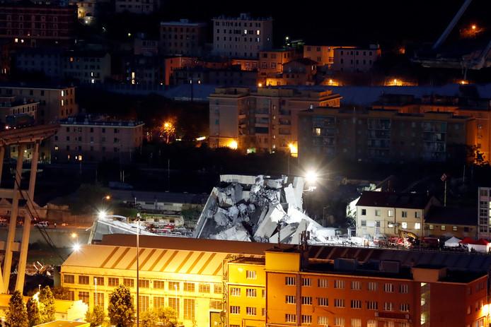 De reddingsactie in Genua gaat ook vannacht nog door.